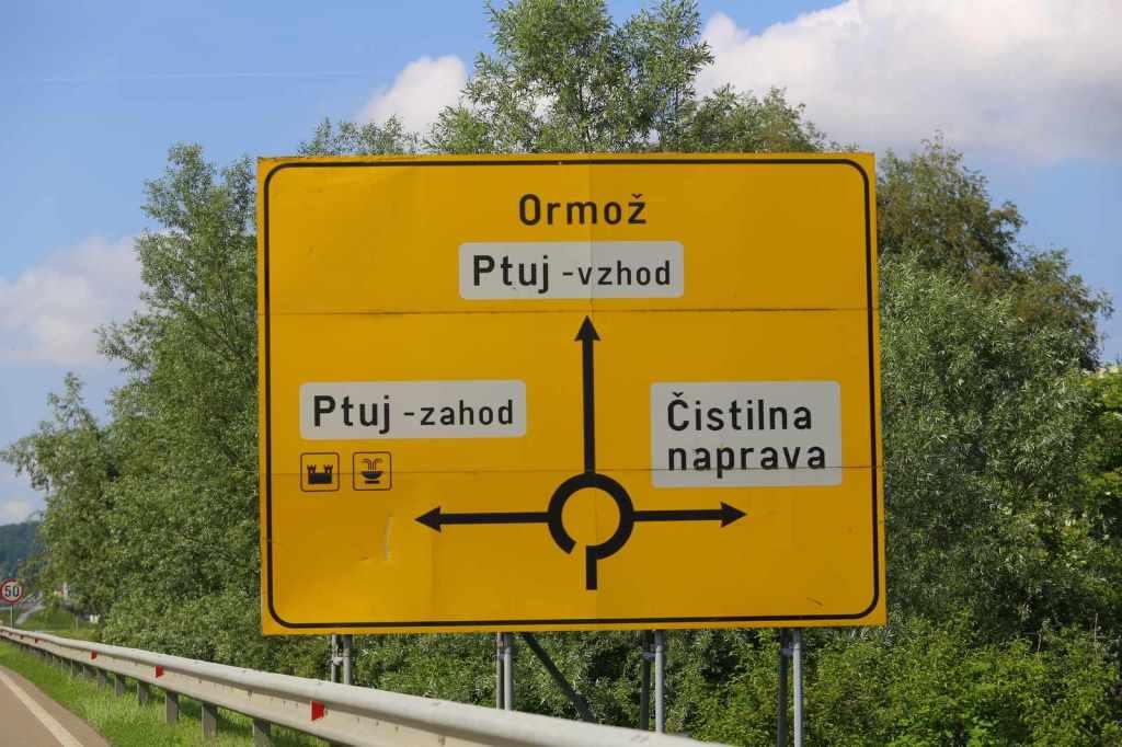 Kruhové objezdy v Ptuji projíždíte většinou rovně, výjimkou je ten u obchodního centra Mercator.